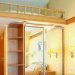 Деревянная кровать над шкафом-купе