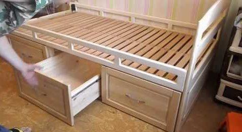 Деревянная кровать ящиками для вещей