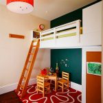 Детская кровать с бортиками под потолком