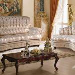 Фигурные диванчики в классическую гостиную