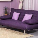 Фиолетовый диван-книжка в гостиной