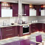 Глянцевая фиолетовая кухня с белым декором