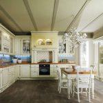 Классический кухонный гарнитур в молочном цвете