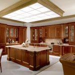 Красивая кухня из массива дерева из элитной серии