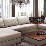 Красивый современный большой диван в светлых тонах