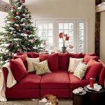Красный диван в новогоднем интерьере