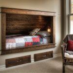 Кровать и ящики для белья, встроенные в стену