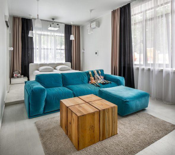 Кровать за спинками дивана в