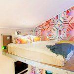 Кровать под потолком за стеклянной перегородкой