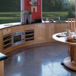 Кухня необычной формы с мебелью на заказ