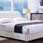 Мягкая кровать на ножках с ящиками для белья