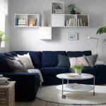 Мягкий синий диван в углу комнаты