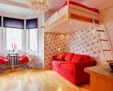 Небольшая квартира для двоих с кроватью под потолком