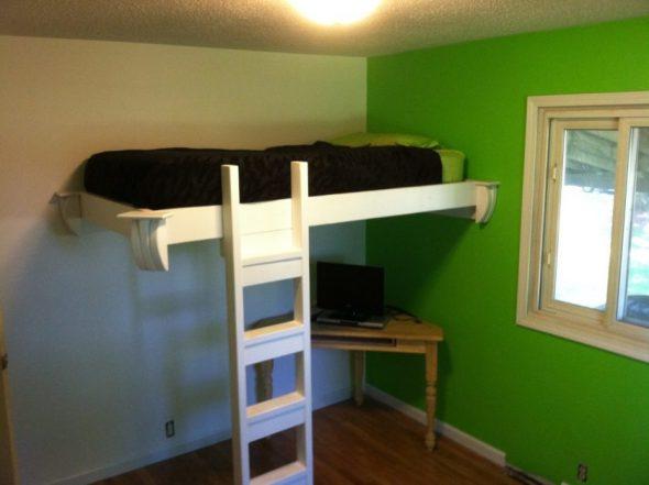 Необычная кровать под потолком