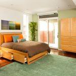 Оформление компактной спальни с удобными местами хранения