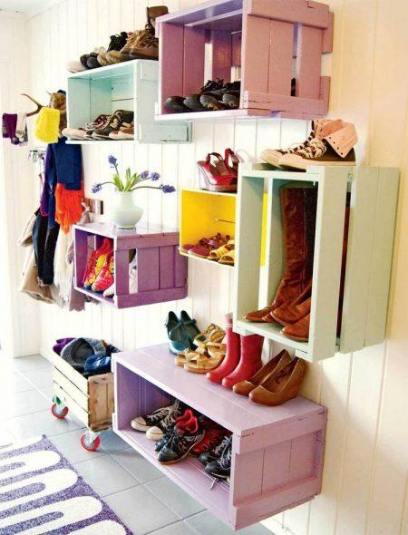 Обувница из окрашенных ящиков