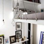 Оригинальная кровать под потолком в небольшой комнате с высокими потолками