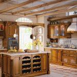Просторная кухня с деревянной мебелью