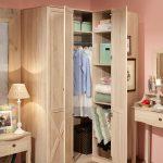 Шкафчик с распахивающимися дверцами