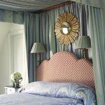 Украшение кровати и стены в спальне балдахином