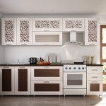 Светлая кухня со вставками двух видов в одну линию