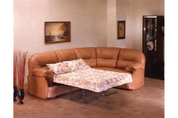 Угловой диван-раскладушка в гостиной