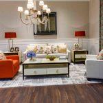 Уютная гостиная с разноцветными диванчиками и цветочными мотивами
