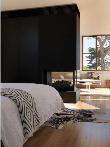 Камин в качестве перегородки между спальней и гостиной
