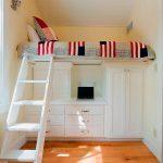 Встроенная белая кровать из дерева