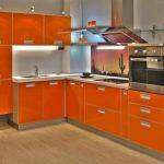 Яркая оранжевая кухня в современном стиле