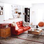 Яркий диван в стиле кантри