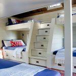 Ящики под кроватями и в ступенях для компактной комнаты для нескольких детей