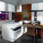Белая кухня с высокими шкафами и островом