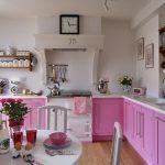 Бело-розовая кухня без навесных шкафов
