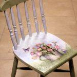 Бело-зеленый стул после реставрации с красивым рисунком в стиле прованс