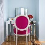 Блестящий столик для макияжа с ярким стулом