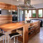 Большой и удобный деревянный остров на кухне