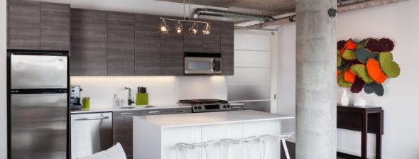 Кухня модерн с высокими шкафчиками