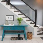Голубой консольный столик для прихожей