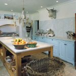 Голубой кухонный гарнитур без верхних шкафов