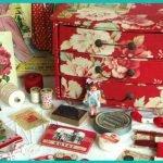Картонный комод для украшений красного цвета