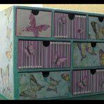 Картонный комод, украшенный бабочками