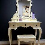 Классический туалетный столик и стул в молочном цвете