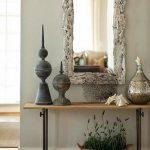 Консоль для декоративных элементов в интерьере
