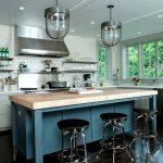 Красивая открытая кухня без навесных шкафчиков