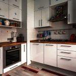Красивая угловая кухня с функциональными шкафиками до потолка