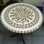 Красиво украшенный мозаикой, круглый стол