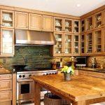Красивые стеклянные шкафчики на просторной кухне