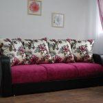 Красивый и удобный розовый диван для гостиной