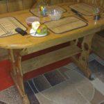 Красивый овальный стол ручной работы
